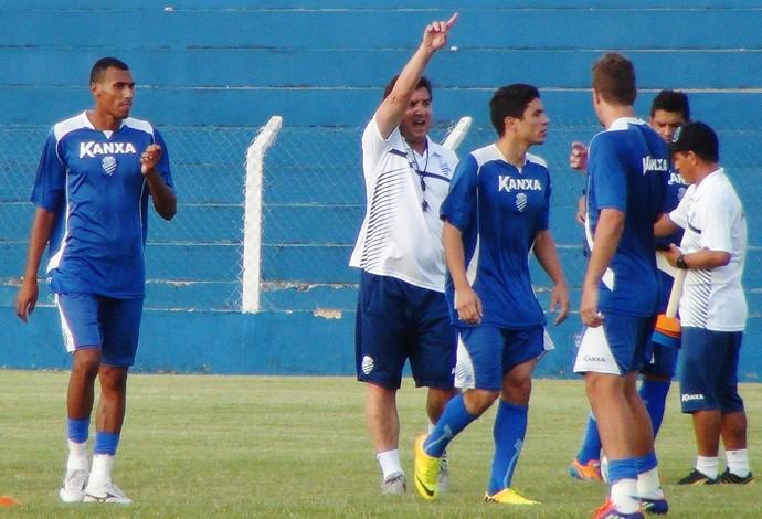 Estevam Soares gesticula muito no seu primeiro treino pelo CSA (Foto: Henrique Pereira/ GloboEsporte.com)