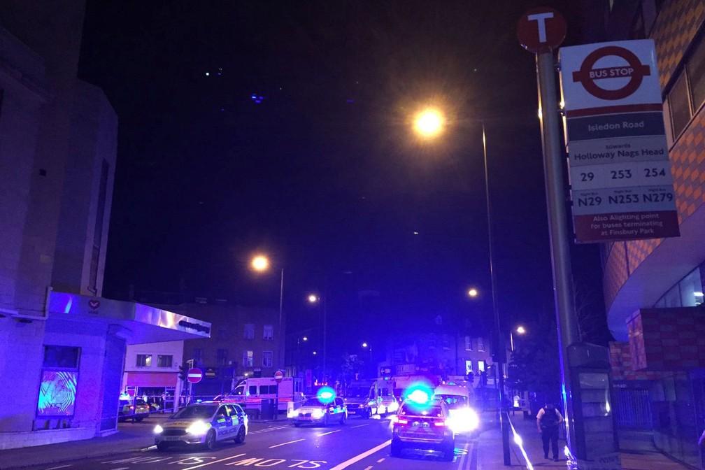 Polícia cercou local do atropelamento em Finsbury Park, em Londres, na madrugada desta segunda-feira (18) (Foto: REUTERS/Ritvik Carvalho)