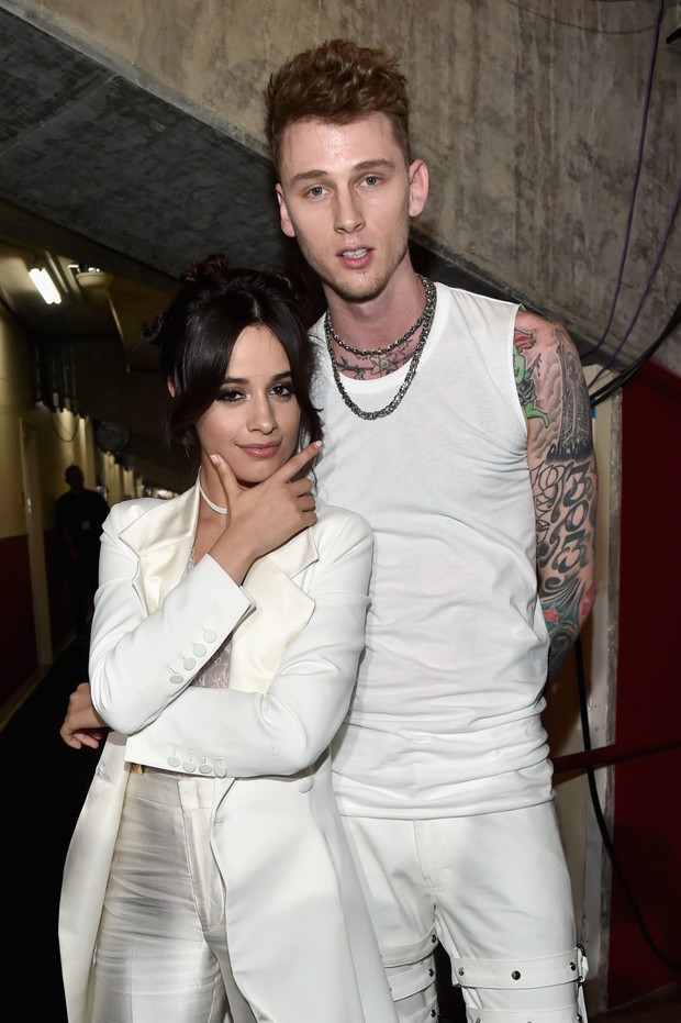 Camila Cabello e o rapper Machine Gun Kelly no Kids Choice Awards (Foto: Getty Images)