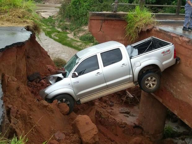 Caminhonete caiu em buraco neste domingo (29) (Foto: Corpo de Bombeiros/Divulgação)