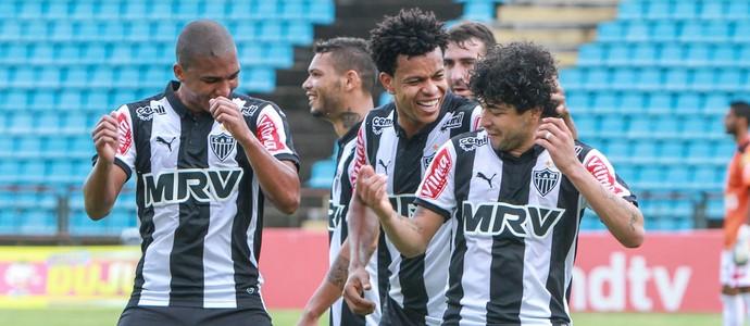 Danilo Pires e Luan comemoram gol (Foto: Bruno Cantini / Flickr do Atlético-MG)