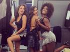 Gravando: Bruna Marquezine posa decotada ao lado de colegas de elenco