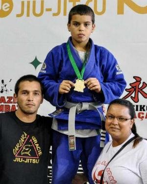 O campeão acompanhado do treinador e da mãe (Foto: Divulgação)