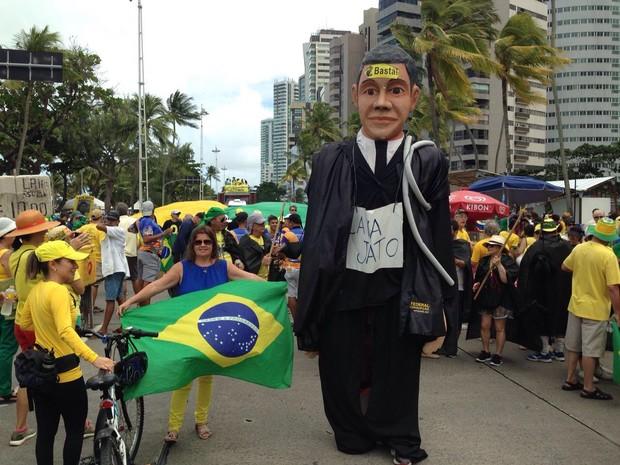 Boneco gigante de Sério Moro é atração para manifestantes no Recife, neste domingo (31) (Foto: Bruno Marinho/G1)