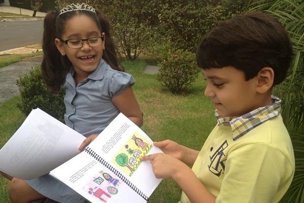 Rafaela e o irrmão Alexandre na época em que livro foi lançado, em Goiânia (Foto: Gabriela Lima/G1)