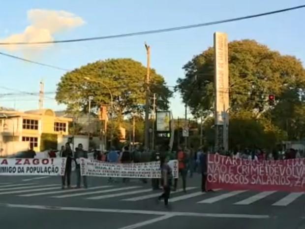 Manifestação de funcionários e estudantes da USP fecha Rua Alvarenga, no Butantã, na manhã desta quarta-feira (6) (Foto: Reprodução/TV Globo)