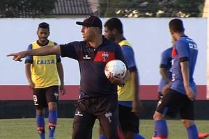 Gilberto Pereira comanda o Atlético-GO (Foto: Reprodução / TV Anhanguera)