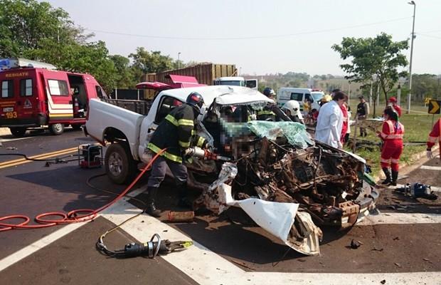 Parte da frente do veículo ficou totalmente destruída (Foto: Reprodução / TV TEM)