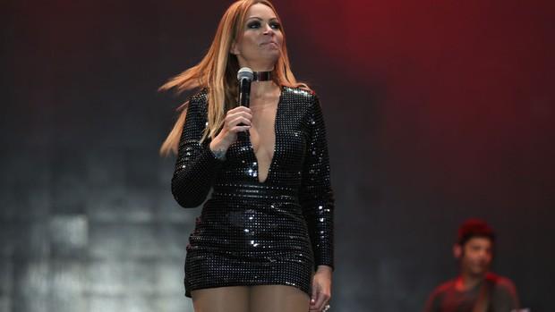 Cantora apostou em um modelito preto e com brilho para a apresentação no Festival de Verão. (Foto: João Franco/Divulgação)