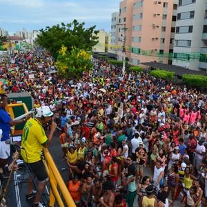 Milhares de foliões participam de cortejo em Aracaju (Marina Fontenele/G1)