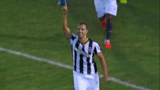 Após temporada artilheira, Roger Carvalho lembra seus gols. Assista