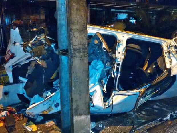 Táxi ficou completamente destruído (Foto: Enviado pelo WhatsApp)