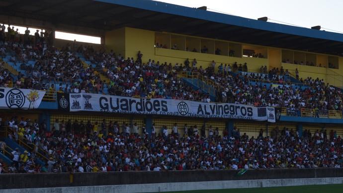 Boa partida da torcida foi embora do estádio no segundo gol do Juazeirense (Foto: Sabrina Rabelo/GloboEsporte.com)