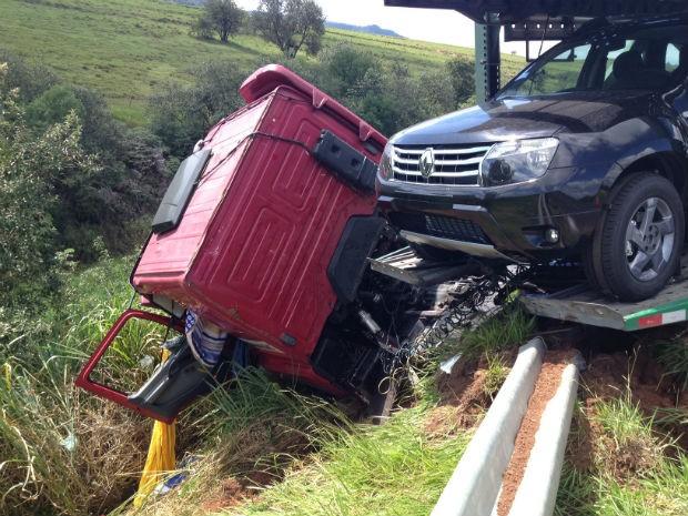 Motorista perdeu o controle e bateu na proteção lateral da pista (Foto: André Godinho/ TV Tem Bauru)