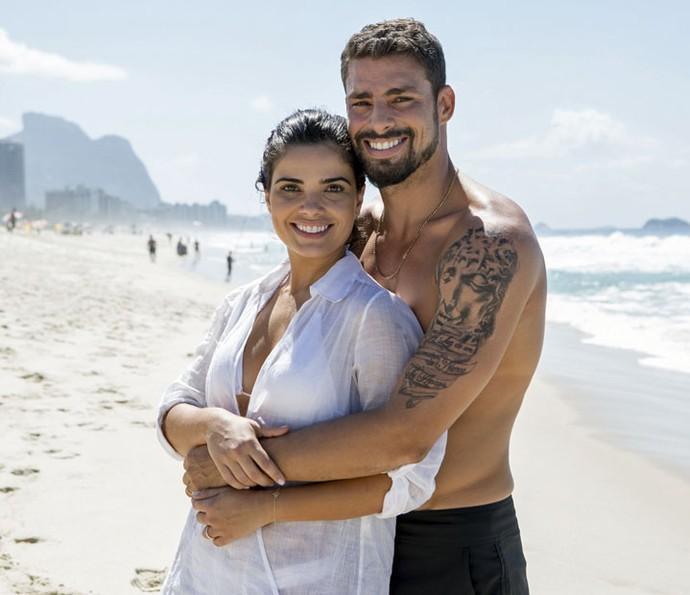 Vanessa Giácomo e Cauã Reymond gravam cena na praia (Foto: Felipe Monteiro/Gshow)