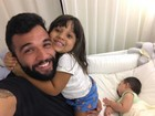 Jonathan Costa posta foto com os filhos: 'Papai ama vocês'
