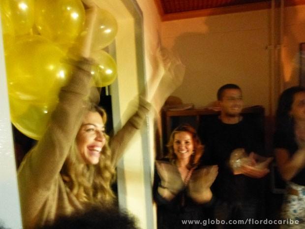 Grazi adorou a surpresa dos amigos da novela (Foto: Flor do Caribe / TV Globo)