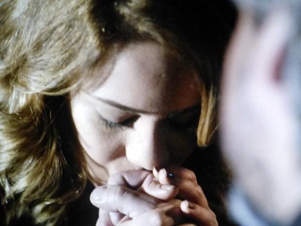 Cristina dá adeus para o pai  (Foto: Gshow)