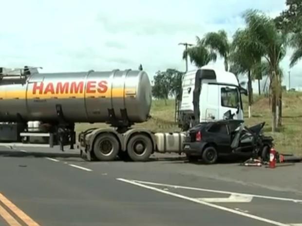 Carreta atravessou a pista para entrar em posto de combustíveis. Rio Preto (Foto: Reprodução / TV TEM)