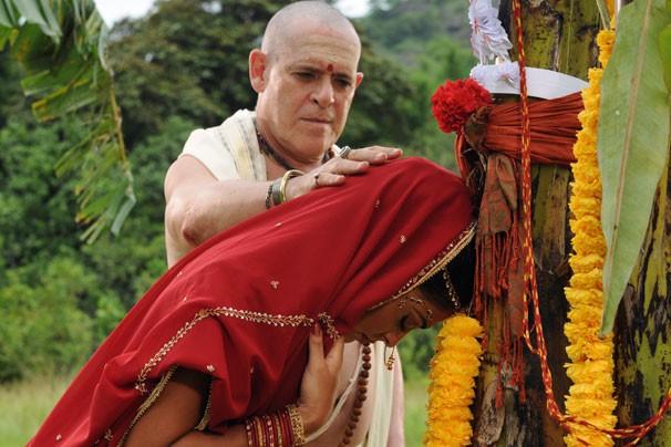 Em Caminho das Índias, Maya (Juliana Paes) se casa com árvore para desfazer maldição (Foto: CEDOC Globo)