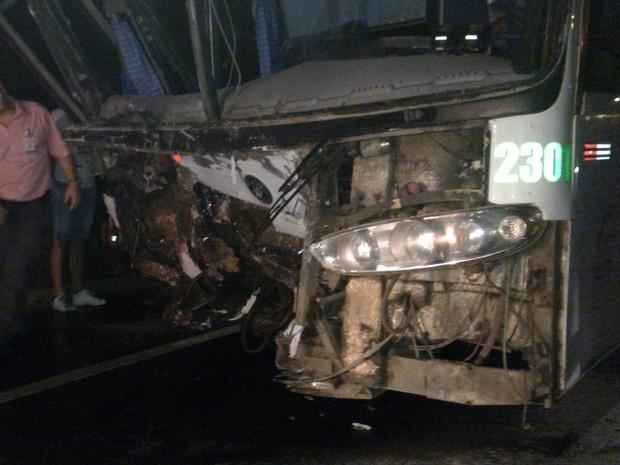 Frente do ônibus ficou destruída após colisão (Foto: Rádio Educadora de Taió/Divulgação)