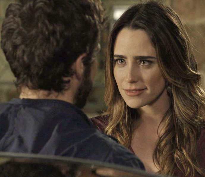'Me dá uma chance?', pede a advogada (Foto: TV Globo)