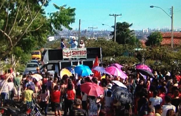 Servidores da educação protestam em Aparecida de Goiânia, Goiás (Foto: Reprodução/ TV Anhanguera)