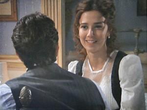 Laura não suspeita das intenções do irmão (Foto: Lado a Lado / TV Globo)