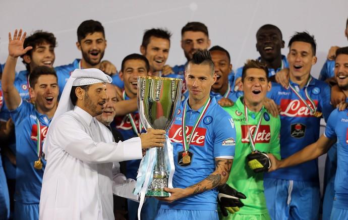 Sheikh Abdullah e Marek Hamsik, taça Napoli (Foto: AFP)