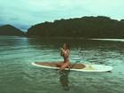 De biquíni, Rafaella Santos posa com prancha de surfe