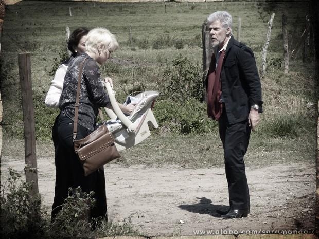 Zico quer ajudá-las mas Zélia discute com o formiguento  (Foto: TV Globo/ Saramandaia)