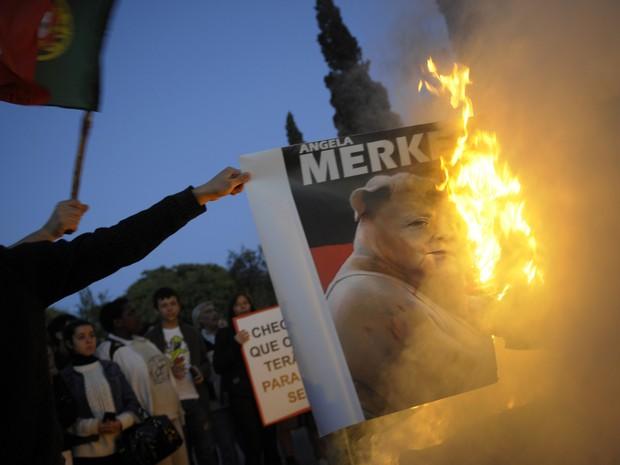 Portugueses protestam contra visita de Angela Merkel, nesta segunda (12), em Lisboa (Foto: Miguel Riopa / AFP)