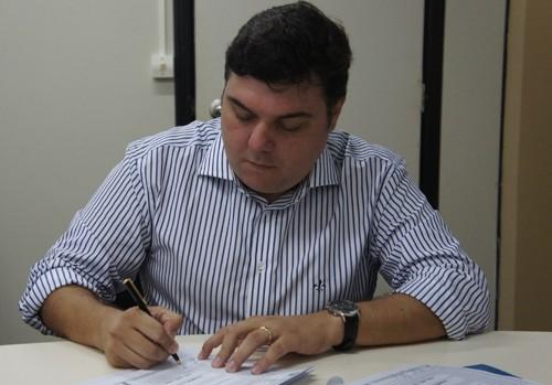 Prefeito de Itabaiana, Antônio Carlos, oficializa parceria (Foto: Izabelle Mendonça)
