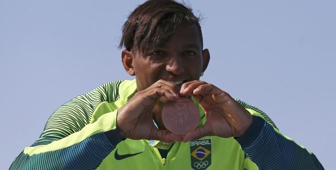 Isaquias Queiroz bronze canoagem Olimpíada Rio (Foto: Marcos Brindicci / Reuters)
