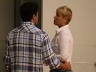 Xuxa vai ao cinema com Junno e casal passeia de mãos dadas