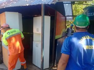 Fiscalização constatou que havia pessoas morando em construções irregulares em uma área de proteção ambiental (Foto: Marcio Chagas/G1)