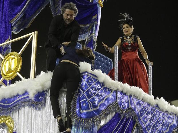 Cora fica pendurada no carro alegórico que leva Zé e Marta (Foto: Artur Meninea/Gshow)