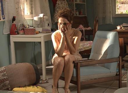 Eva se desespera ao perceber que  o vestido de Soraya foi roubado