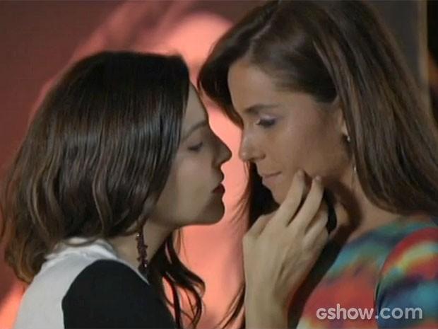 Marina entende a situação de Clara e a beija (Foto: Em Família/TV Globo)