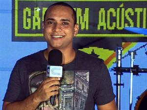 O apresentador Menilson Filho comandou a primeira disputa de bandas (Foto: TV Sergipe)