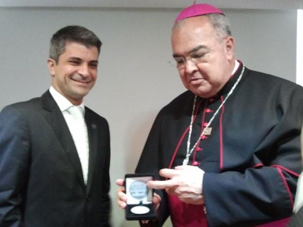 O arcebispo do Rio de Janeiro, dom Orani Tempesta, recebe a medalha comemorativa à visita do Papa (Foto: Divulgação/Casa da Moeda)