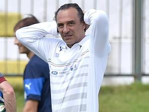 Cesare Prandelli no treino da Itália (Foto: EFE)