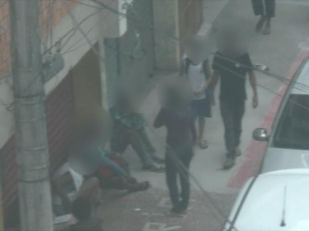 Usuários de drogas ficam em calçadas e crianças passam perto, em Vitória (Foto: Reprodução/ TV Gazeta)