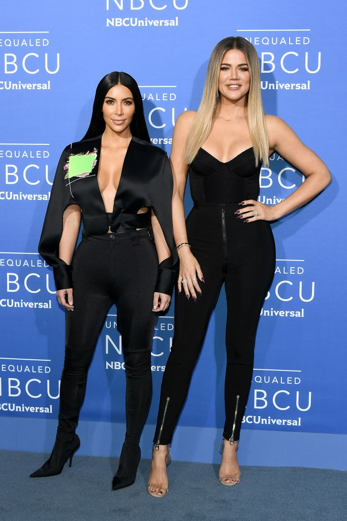 Kim e Khloe Kardashian usam looks pretos (Foto: Getty Images)