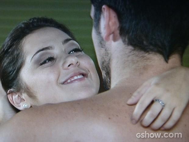 Bárbara e André se entregam à paixão de depois de toalha cair (Foto: Em Família/TV Globo)