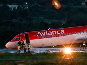 Um avião da Avianca fez um pouso de emergência na tarde desta sexta-feira (28) no aeroporto Juscelino Kubitschek, em Brasília, segundo a Inframerica, concessionária que administra o terminal (Foto: Pedro Ladeira/Folhapress)
