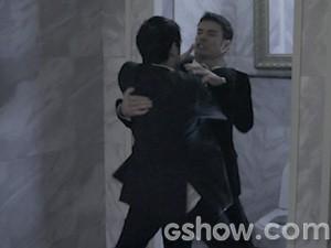Bruno e Oswaldo saem no tapa (Foto: O Rebu / TV Globo)