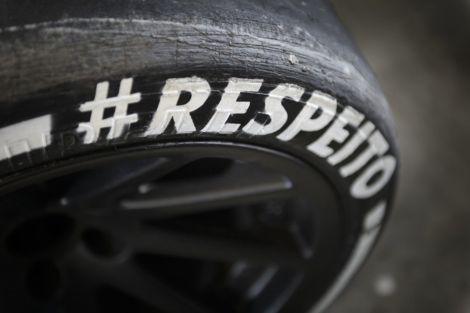 Respeito: em feito inédito no mundo, campanha mostra pessoa com tetraplegia pilotando carro de corrida por comandos cerebrais