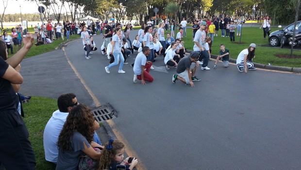 Galera registrou com celulares a gravação da chamada no Parque Barigui (Foto: Divulgação/RPC TV)