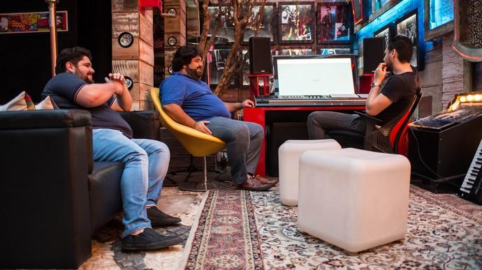 A dupla sertaneja nos estúdios trabalhando no disco Os Menotti no Som (Foto: Lucas Carvalho/Divulgação)